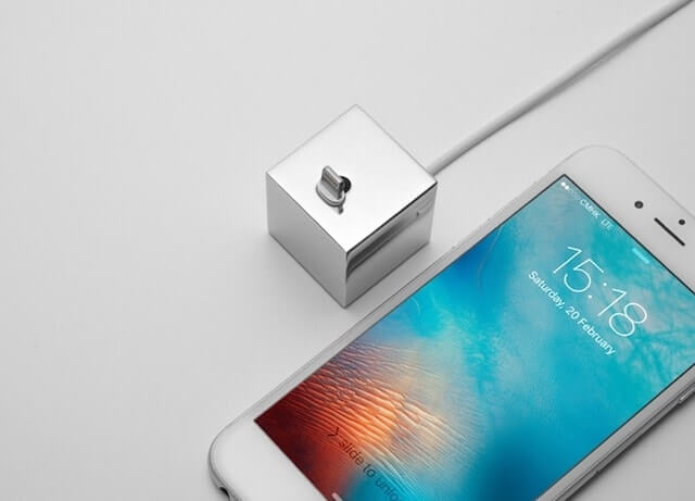'Q': The minimalistic iPhone dock